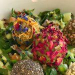Superfood Salat mit Avocado-Bällchen