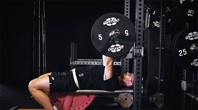 Bankdrücken gehört zu den Grundübungen im Kraftsport. Die richtige Technik ist dabei besonders wichtig, um die richtigen Muskeln zu treffen und das Verletzungsrisiko zu minimieren,