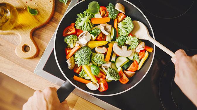 Um eine Definitionsphase ohne Hunger zu überstehen, empfiehlt es sich, gesunde Mahlzeiten mit möglichst unverarbeiteten Zutaten wie frischem Gemüse zuzubereiten.