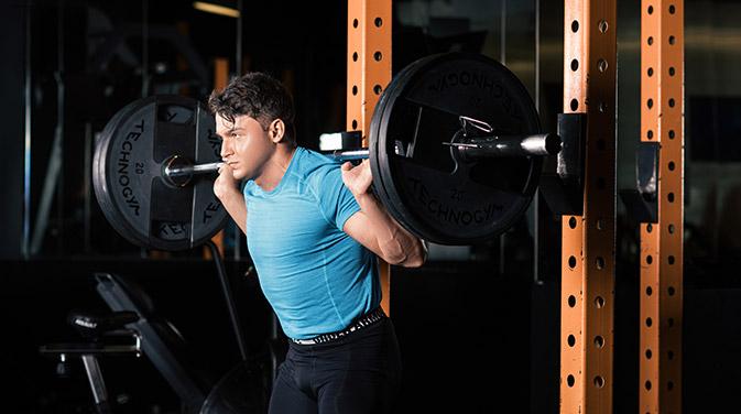Auch während einer Definitionsphase sollte man weiterhin mit ausreichend Gewicht trainieren, um nicht die hart erarbeitete Muskelmasse wieder zu verlieren.