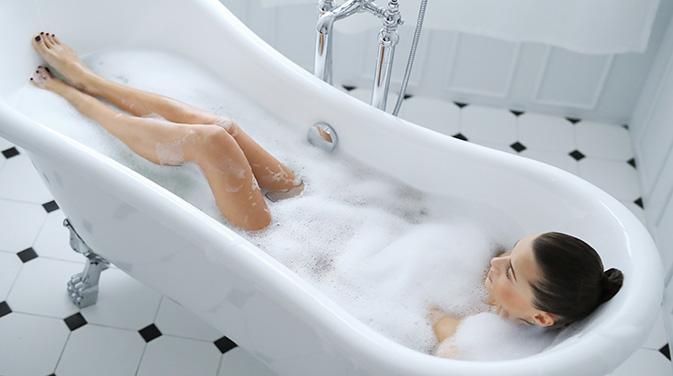 Ein heißes Bad wirkt entspannend und fördert die Regeneration der Muskeln. Somit hilft es auch dabei, den Muskelkater schneller loszuwerden.