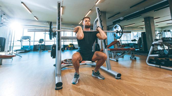 Mit der Frontkniebeuge bringst du Variation in dein Training.