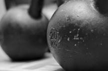 Ausschließlich Kettlebells aus Eisen oder Stahl sind zu empfehlen.