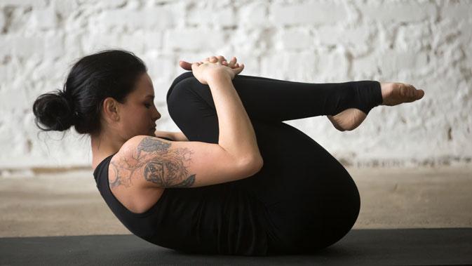 Beginne in Rückenlage. Ziehe die Fersen in Richtung Gesäß und hebe die Beine an, sodass die Knie über der Hüfte sind und die Füße nach vorne zeigen.