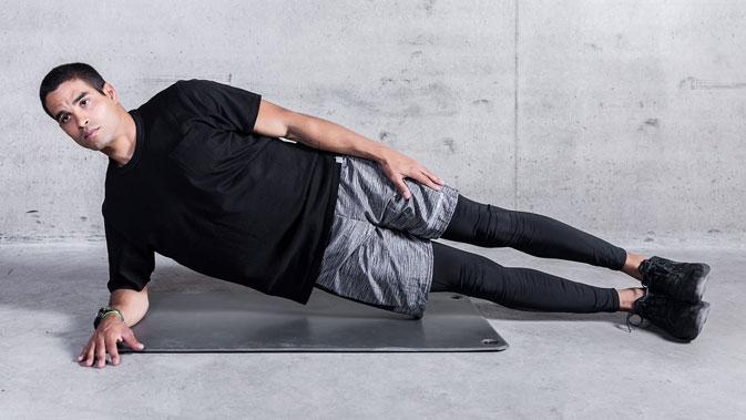 Komme in die Seitlage. Knie und ein Unterarm befinden sich am Boden. Achte darauf die Spannung im Körper zu halten, sodass deine Schulter nicht einsinkt.