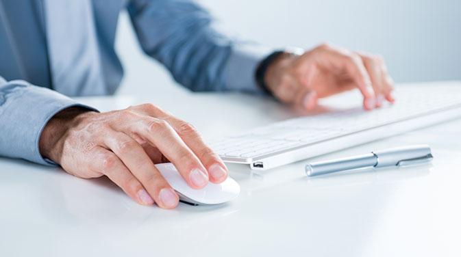 Arbeitest du mit einem Laptop, solltest du einen Laptopständer, einer Maus sowie einer Tastatur arbeiten, um die Distanz zum Bildschirm zu erhöhen und deine Arbeitsposition zu verbessern.