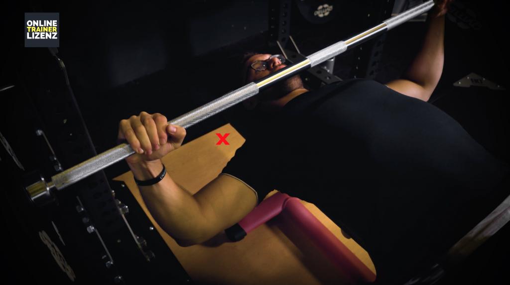 Durch die Anpassung der Griffweite kann der Winkel zwischen Ellenbogen und Körper optimiert werden.
