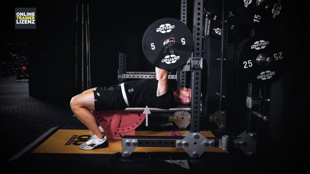 Während der gesamten Übungsausführung sollte die Körperspannung gehalten werden, um das Verletzungsrisiko zu minimieren.
