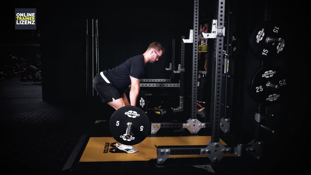 Der Rücken sollte bei der Übungsausführung stets möglichst gerade bleiben. Die Arme sind beim Langhantelrudern zu Beginn gestreckt.