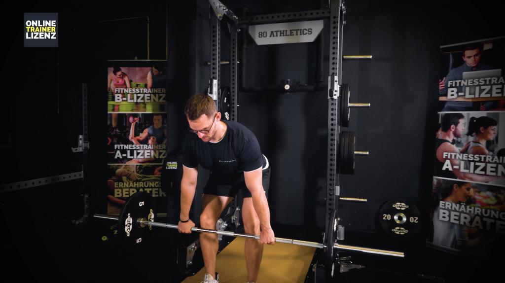 Um den Muskel optimal zu treffen ist die richtige Griffweite beim Langhantelrudern entscheidend.