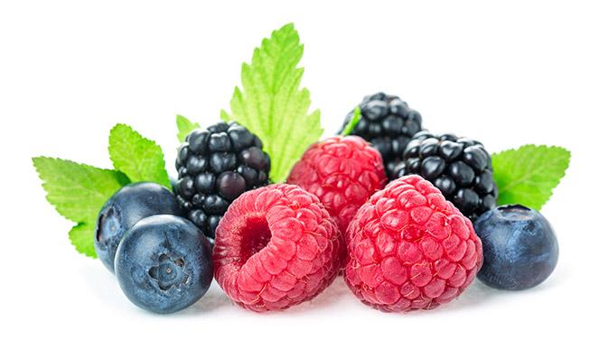 Bei Beeren hast du die Qual der Wahl - Himbeeren, Brombeeren, Heidelbeeren & Co. stecken voller Antioxidantien und Vitamine.