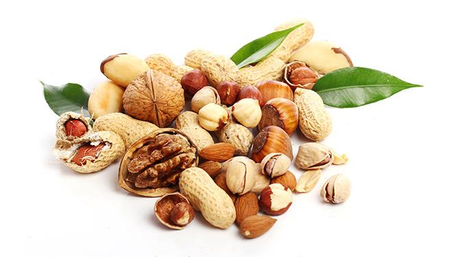 Die tägliche Portion an Nüssen kann zum Beispiel aus Walnüssen, Haselnüssen, Erdnüssen oder Cashews bestehen. Sie alle liefern gesunde Fette und wichtige Mikroährstoffe für unsere Gesundheit.