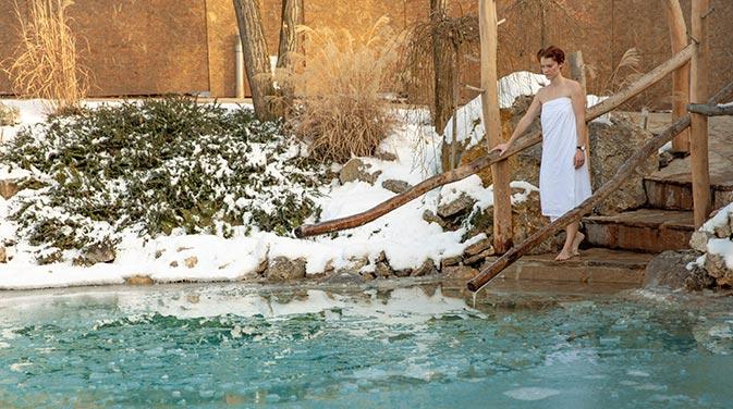 Nichts für Warmduscher - Beim Eisbaden geht man in eiskalte Seen oder eine Wanne voller Eis baden.
