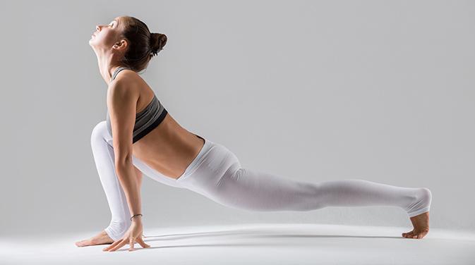 Diese Yoga-Übung bringt einen schönen Stretch und dehnt die Faszien.