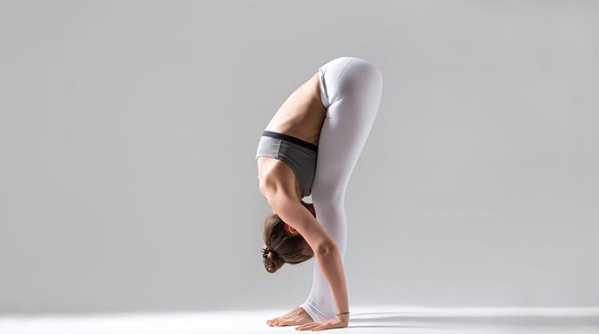 Nicht nur mit der Faszienrolle, auch mit Yogaübungen kannst du deine Faszien trainieren.