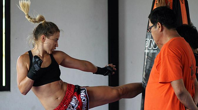 Beim Thaibox-Training kommt man ordentlich ins Schwitzen. Die kraftvollen Bewegungen stärken den ganzen Körper.