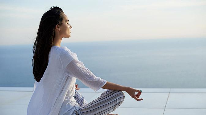 Gerade am Anfang fällt es oft schwer, beim Meditieren die innere Ruhe zu finden. Durch die richtige Umgebung und etwas Umgebung kann aber jeder die Meditation erlernen.