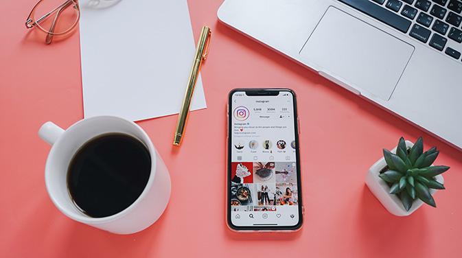 Auf Instagram kannst du deinen Interessenten zeigen, wer du bist und was genau du anbietest. Sie können dich als Person kennenlernen und entscheiden, ob sie gerne mit dir zusammen arbeiten möchten.