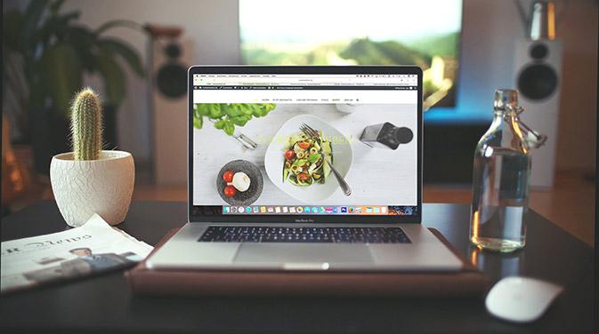 Eine Webseite, unter der deine Interessenten dich und deine Dienstleistungen finden können, ist sehr wichtig, um eine gewisse Seriosität auszustrahlen. Für den Anfang genügt eine ganz simple Seite, die man z.B. mit einfachen Baukastensystem zusammenstellen kann.