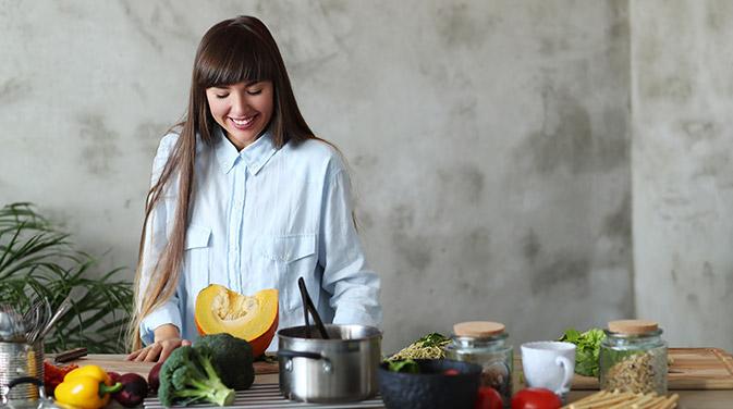 Selbstgekochte nährstoffreiche Mahlzeiten helfen dabei, sich auch kurz vor oder während der Periode wohler zu fühlen und den Körper mit wichtigen Vitaminen und Mineralien zu versorgen.