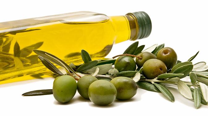 Olivenöl zählt zu den gesunden Fettquellen und kann bei einer ketogenen Ernährung in Maßen in den Speiseplan eingebaut werden.