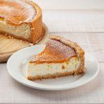 Ein klassischer Käsekuchen mit Boden und einer extra Portion Protein - zum Anbeißen lecker!