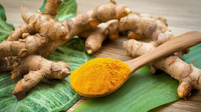 Die orangefarbene Kurkuma-Knolle unterstützt die Regeneration der Muskeln. Bei Muskelkater kann es hilfreich sein, vermehrt Kurkuma als Gewürz zu nutzen.