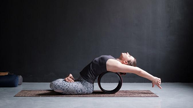 Mit dem Yoga-Rad können verschiedene Yogaübungen erleichtert oder auch intensiviert werden. So bringst du Abwechslung und neue Reize in deine Yogapraxis.