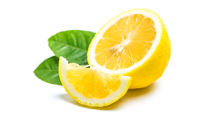 Zitronen werden nachgesagt, dass sie viel Vitamin C enthalten. Das stimmt zwar, sie zählen allerdings nicht zu den Spitzenreitern was den Vitamin-C-Gehalt angeht.
