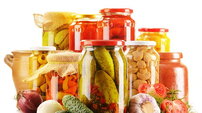 Fermentierte Lebensmittel wie Sauerkraut, Joghurt oder Kefir enthalten wichtige Bakterienstämme, die die Darmflora aufbauen und unsere Darmgesundheit unterstützen.