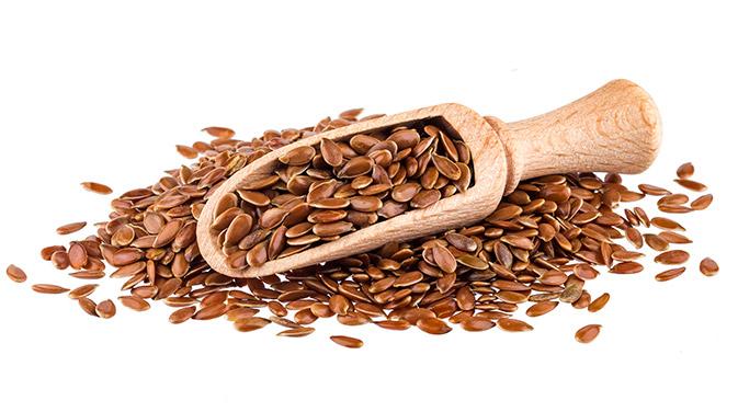 Leinsamen sind reich an Omega-3. Sie helfen dabei, den Darmtrakt zu reinigen und tragen somit zu einer gesunden Darmflora bei.