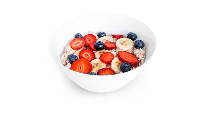 Porridge ist ein super Gericht für nach dem Training, denn er liefert im Kombination mit Früchten und Leinsamen Kohlenhydrate, Eiweiß, Fett und Vitamine.