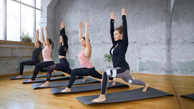Beim Power Yoga geht es um schnelle Wiederholungen aber auch um das Halten von anstrengenderen Asanas. So wird aus der Yogastunde schnell ein richtiges Workout.