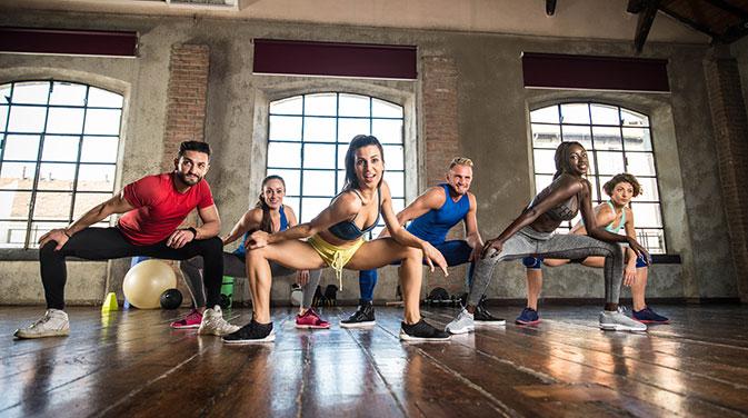 Tanz-Workouts wie Zumba in einer Gruppe machen gleich doppelt Spaß und können sehr anstrengend sein.