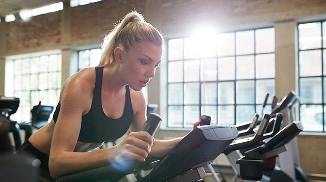 Im Fitnessstudio gibt es zahlreiche Cardiogeräte. Optimalerweise legt man längere Cardioeinheiten auf die Tage zwischen dem Krafttraining.
