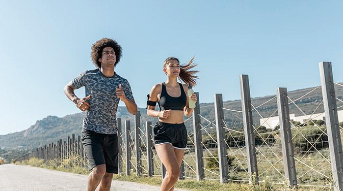 Eine Möglichkeit Cardiotraining zu betreiben: Joggen an der Natur. Mit einem Trainingspartner oder der richtigen Musik läuft es sich gleich noch angenehmer.