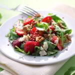 Erdbeeren und Rucola bilden eine leckere Kombination. In Form von einem fruchtigen Salat, kann man daraus ein leichtes Abendessen oder eine sommerliche Beilage zaubern.