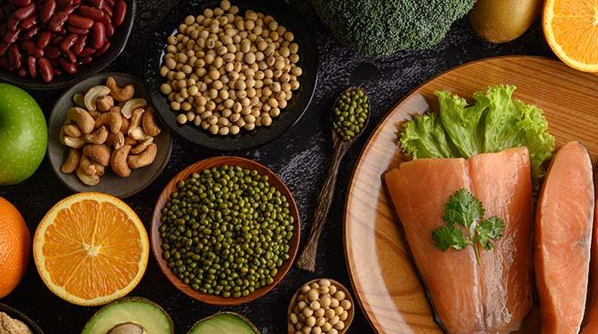 Essentielle Aminosäuren findet man unter anderem in Fisch, Bohnen und Nüssen.