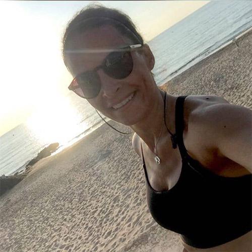 Absolventin Gina beim Sport am Strand