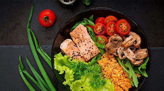 Viele Lebensmittel sind von Natur aus laktosefrei, zum Beispiel Lachs und Gemüse, sowie Getreide.