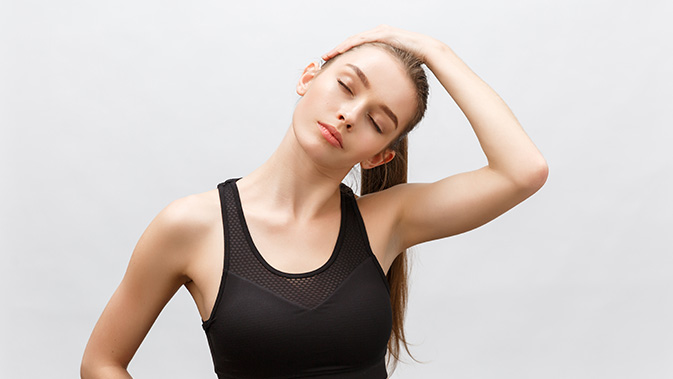 Mit sanften Dehnübungen können Nackenschmerzen gebessert werden.