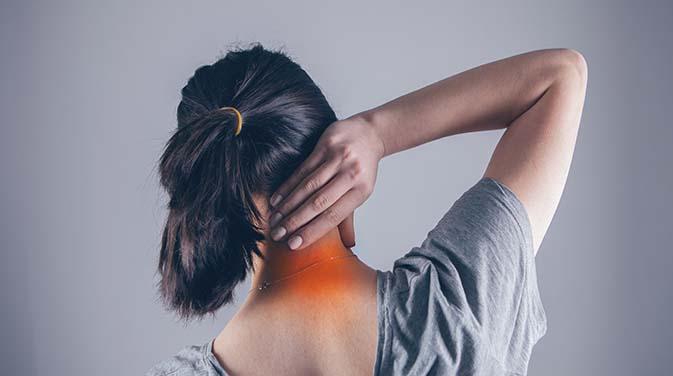 Nackenverspannungen können unangenehme Schmerzen verursachen.