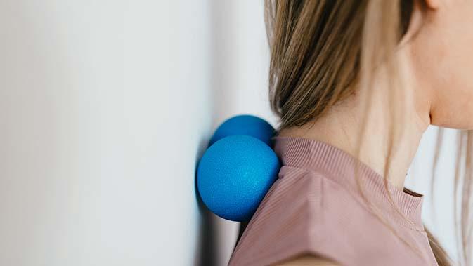 Nackenverspannungen können durch Massage mit einem Faszienball oder einem sogenannten Peanut behandelt werden.