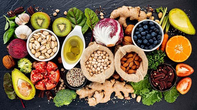 Antioxidantien wie Zink, Selen und Vitamin C, E und B2 kommen vor allem in Obst, Gemüse, naturbelassenen Ölen und Wildkräutern vor.