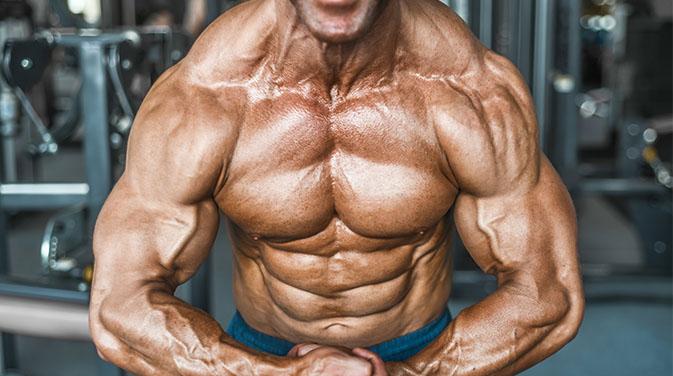 Muskulöser Mann bei einem Bodybuilding Wettkampf auf der Bühne - hier kommt jeder Muskel zum Vorschein