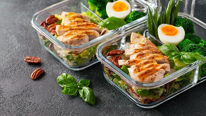 Hauptbestandteil der Ernährung während einem Mini Cut sind fettarme Proteinquellen wie Hühnchen und dazu ausreichend Gemüse oder Salate.