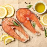 Es muss nicht immer Fleisch sein - auch Fisch kann man wunderbar grillen. Mit frischer Zitrone bekommt der Lachs ein köstliches Aroma.