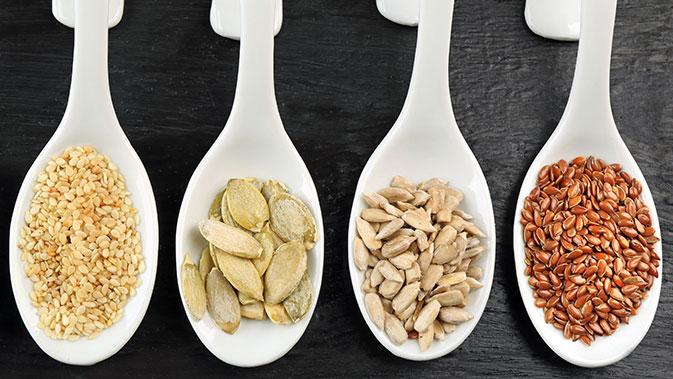 Von den verschiedenen Kernen und Saaten sollte je nach Phase mindestens ein Esslöffel der jeweiligen Sorte verzehrt werden.