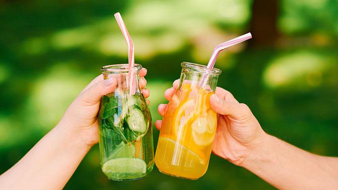 Ausreichend Flüssigkeit ist wichtig für unseren Körper und unsere Stoffwechselprozesse. Selbstgemachte Limonaden ohne Zucker bringen ergänzend zu Wasser etwas Abwechslung und Geschmack in den Tag.
