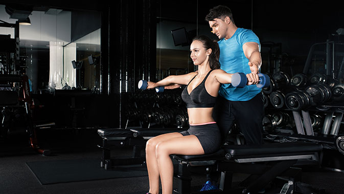 Bei einer Skoliose eignen sich Übungen mit Kurzhanteln oder Geräte mit zwei unabhängigen Griffen.